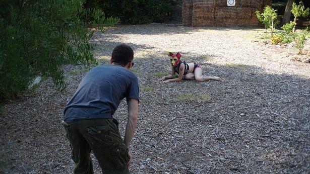 他自認「天生是隻狗狗」!戴上面具討摸和老公更親密 最喜歡在房間玩球球~