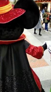 迪士尼夢幻國度變火爆!強國男「把米奇頭當沙包」 被制止還回嗆:我巴他又怎樣?
