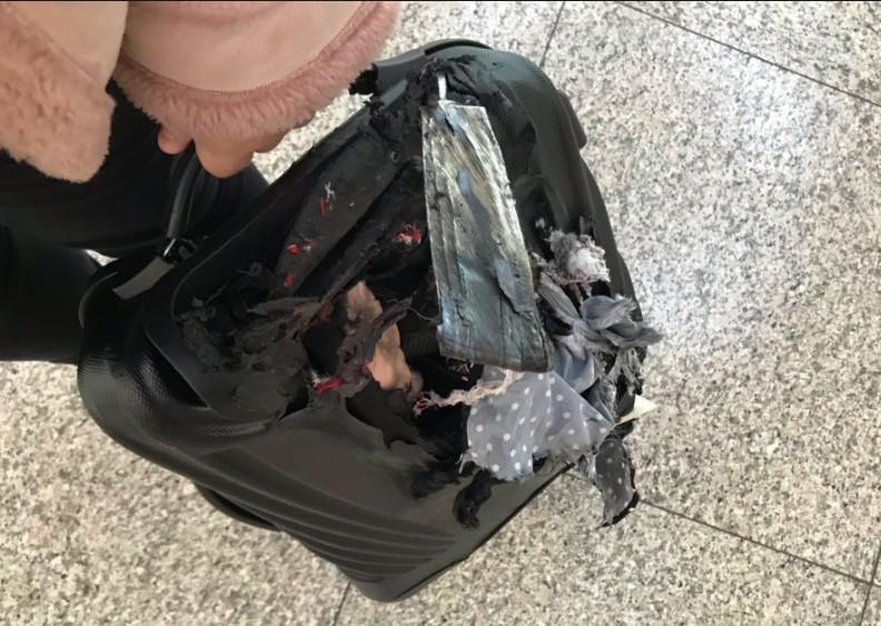 正妹搭機「等不到行李」 拿到「半燒毀殘骸」淚崩:那是我媽媽的遺物...