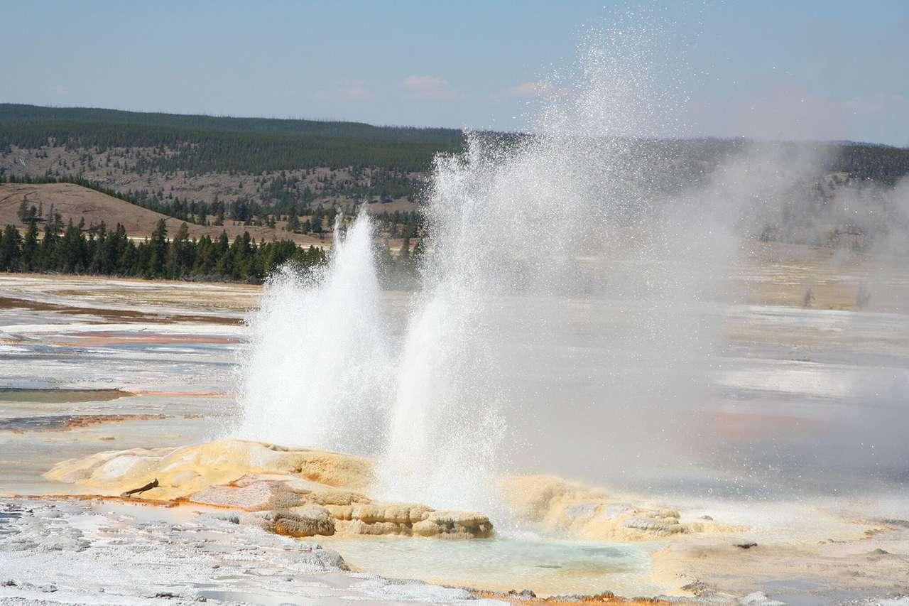 水噴9公尺高!黃石公園間歇泉爆發「吐出80年垃圾」 鞋墊、奶嘴塞滿洞口