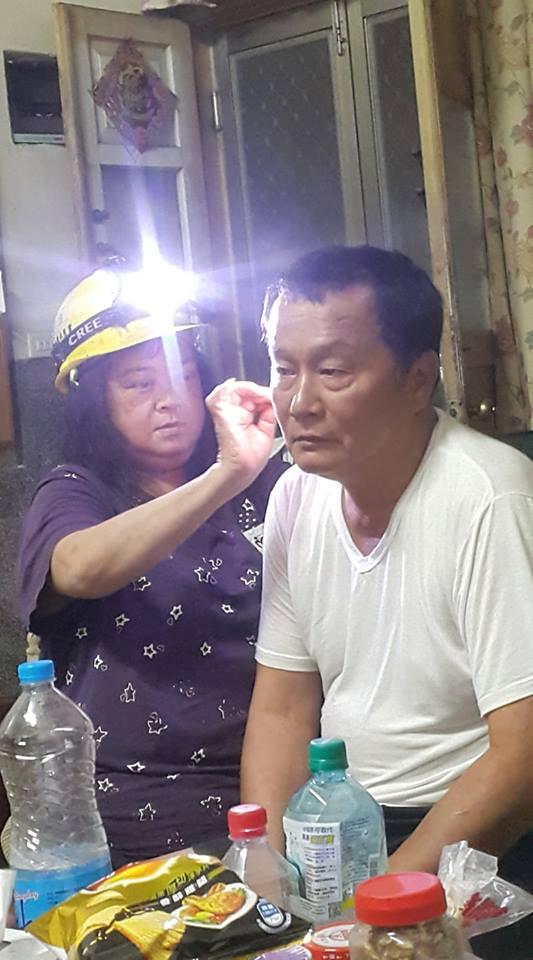 最專業挖耳朵!超狂媽媽戴「神級探測裝備」開挖 燈一打開兒笑翻:挖礦囉~