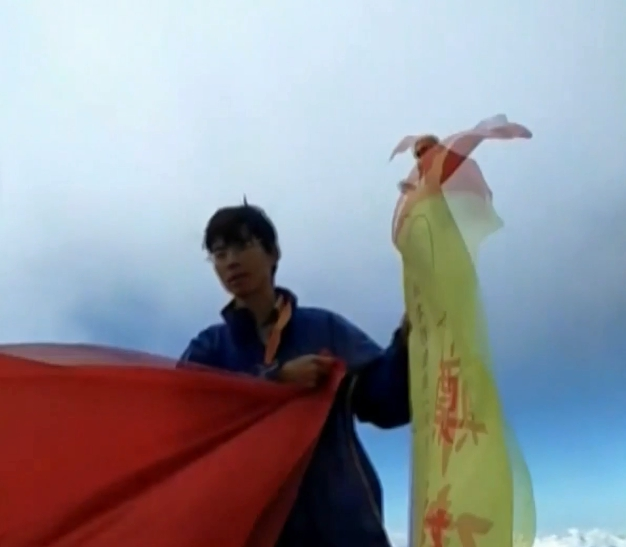 玉山主峰飄五星旗!台北市議員參選人鄭建炘「宣揚和平統一理念」:兄弟不管怎樣都還是兄弟啊~