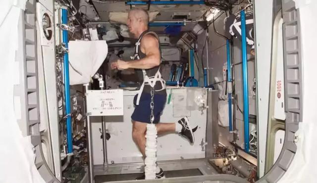 太空人要怎麼看病?醫生「狂閃空中紅水滴」 22秒沒搞定全部再來一次!