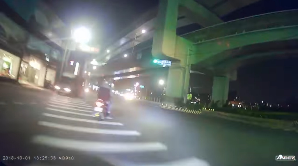 騎士綠燈「第一個起步」被擊倒 質疑對方闖紅燈被網嗆:誰叫你要衝第一~活該!