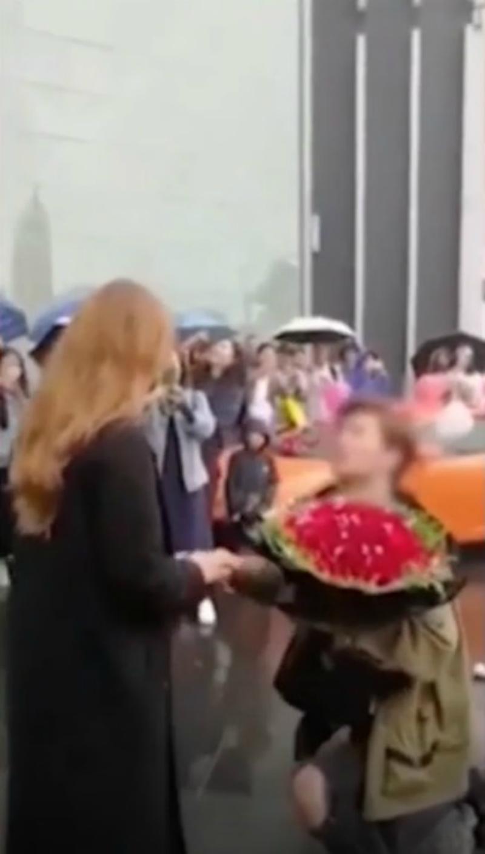 影/中國富豪送跑車求婚!女冷眼拒絕「有錢又怎樣?」 他氣炸把花丟在錄影群眾臉上