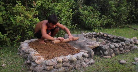 自己蓋露天澡堂!原始手法打造「自然系熱水池浴缸」:每天都能泡溫泉~
