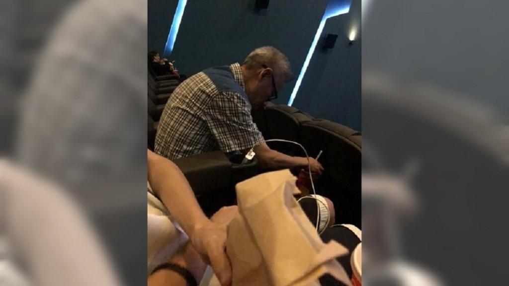 70歲爺爺窩戲院「分送爆米花和汽水」 口中碎念:他們沒有來,送你們吃吧!