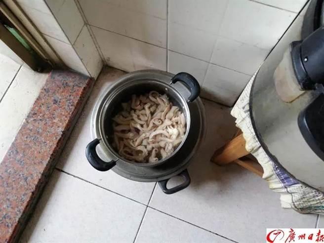 老先生路邊撿到「一袋雞腸」 電鍋才剛煮完...警察按門鈴:吃下去就見閻羅王了!