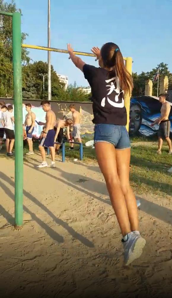 馬尾女孩一抓單槓點燃體操魂 變身「人體風火輪」電慘周圍男孩們:回去多練練吧