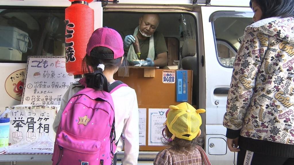 暖心章魚燒大叔想出「握緊拳頭輕輕放」付錢法 小學生吃飽只需要花3元❤️️