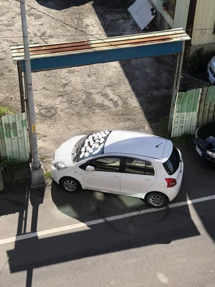 3寶卡大門口停止 鄰居憤怒送上「23個白包」貼擋風玻璃:慢走不送!