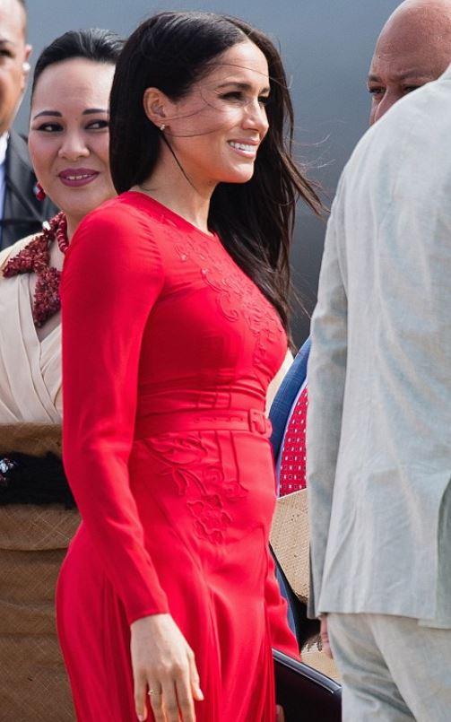 隨風飄飄片/糗!梅根一身紅裙超搶眼 往下一看...「小吊牌」也在空中飄揚~