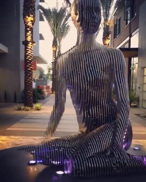 乍看是一般裝置藝術 往前走幾步「像是電腦斷訊」:竟然消失了?