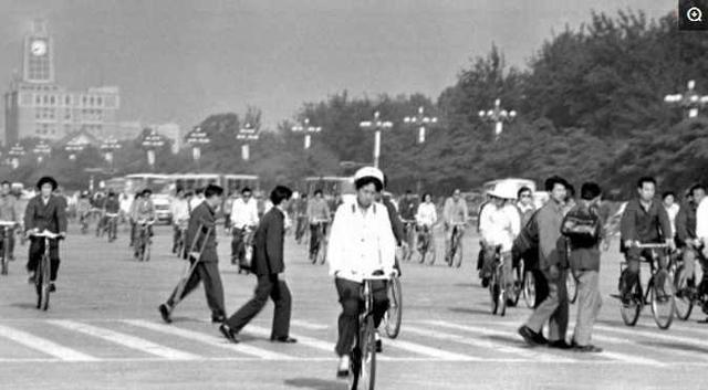 大陸人只有穿衣能自由...10張「30年前兩岸的差異」 男生女生上街都穿熱褲!