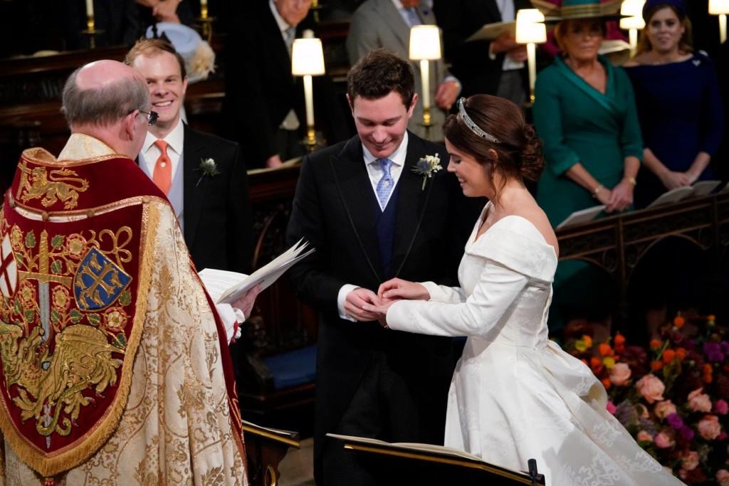 英國皇室公開「尤金妮公主婚紗照」 喬治王子燦笑搶走新人焦點♥