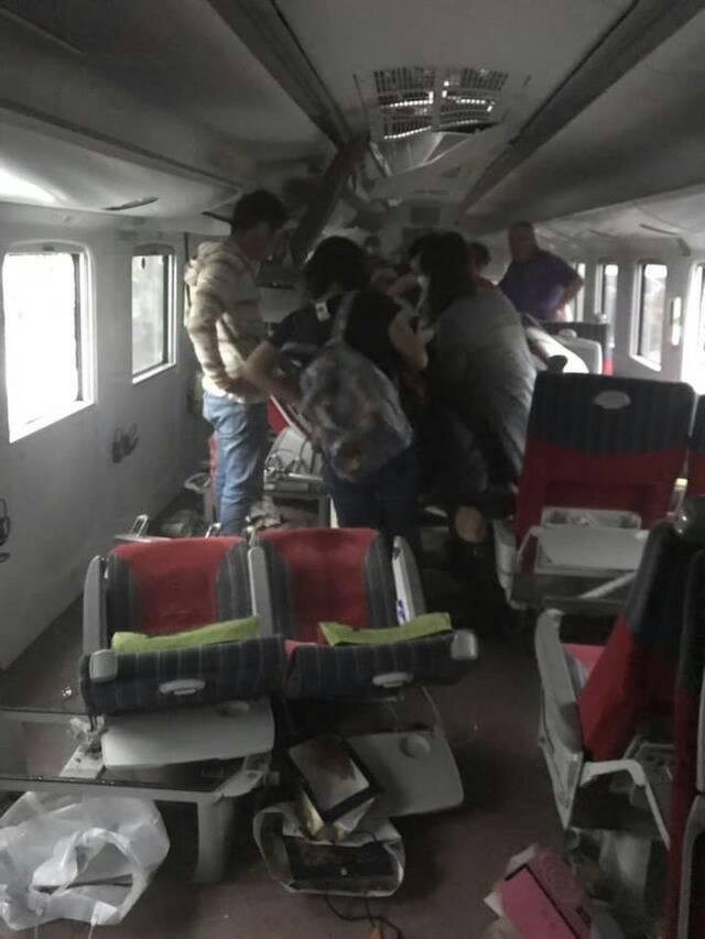 普悠瑪「失控出軌畫面」曝光 救難人員撬開車廂鼻酸:媽媽抱著兒子停在那一刻了...