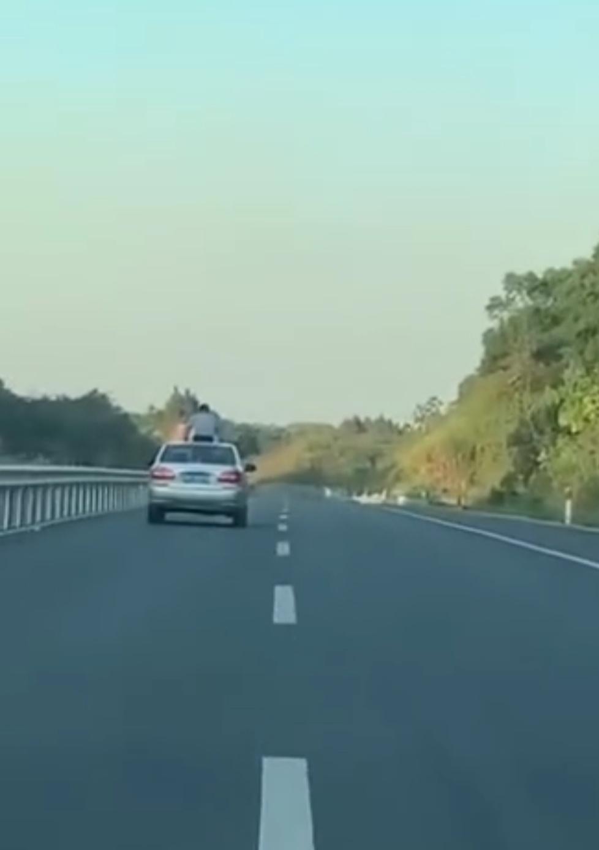 小男童坐汽車天窗兜風 下秒直接「頭撞限高欄」凹折90度