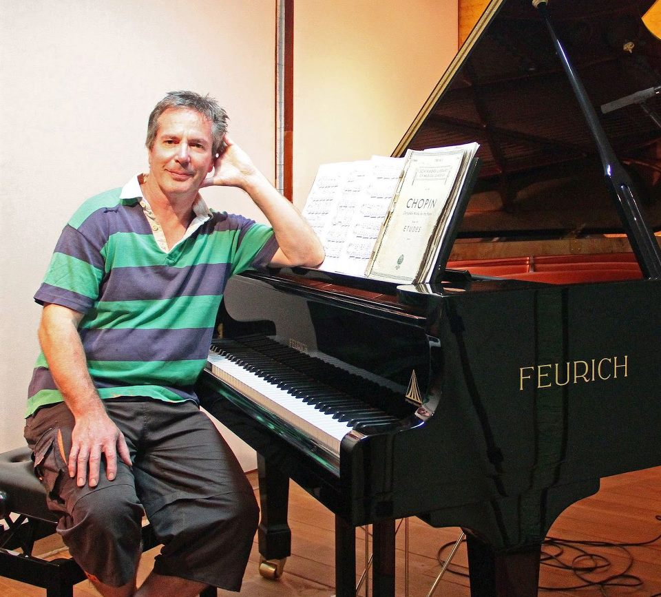 他把鋼琴搬到森林中「連續20年對空氣演奏」 現在多了一群死忠「長鼻聽眾」