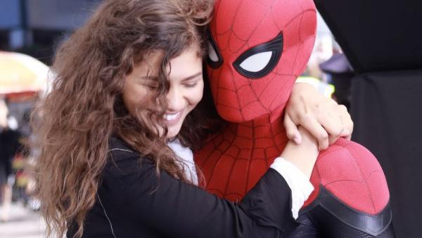 《蜘蛛人:離家日》海報首曝光 湯姆霍蘭德換「全新暗黑戰袍」把女主角抱緊緊~
