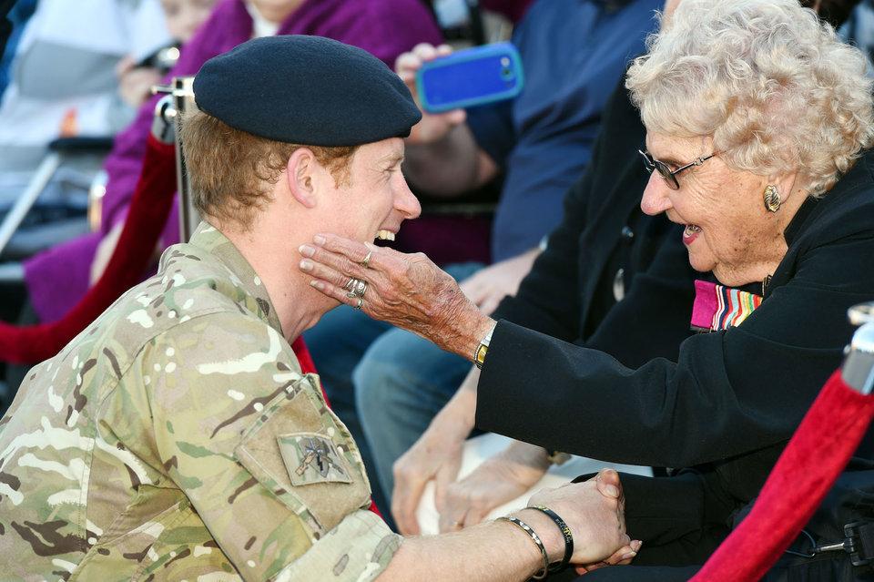英國皇室最受人歡迎的原因!「最老皇家鐵粉」97歲奶奶坐輪椅等哈利 4年來見面都要溫暖擁抱♡