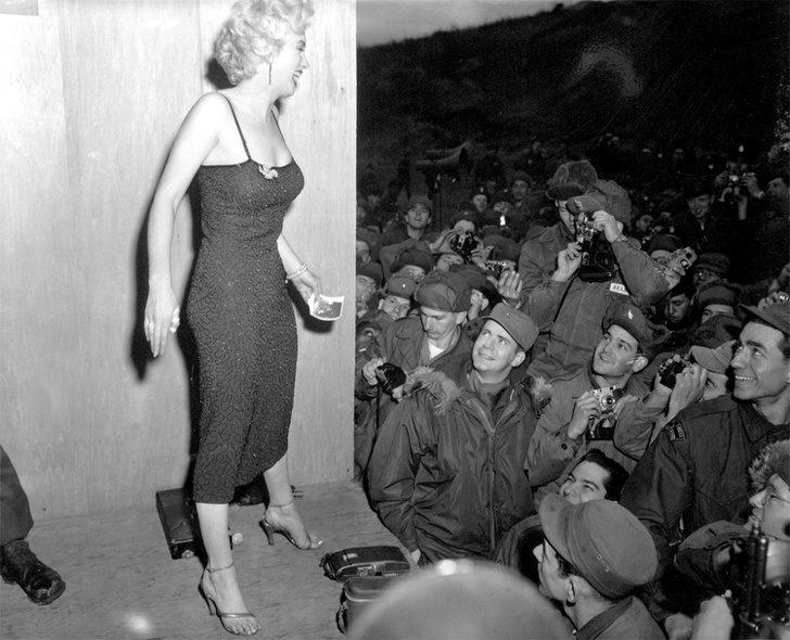 16張撼動人心的「補上色彩」珍貴黑白歷史照 士兵看瑪麗蓮夢露的眼神!