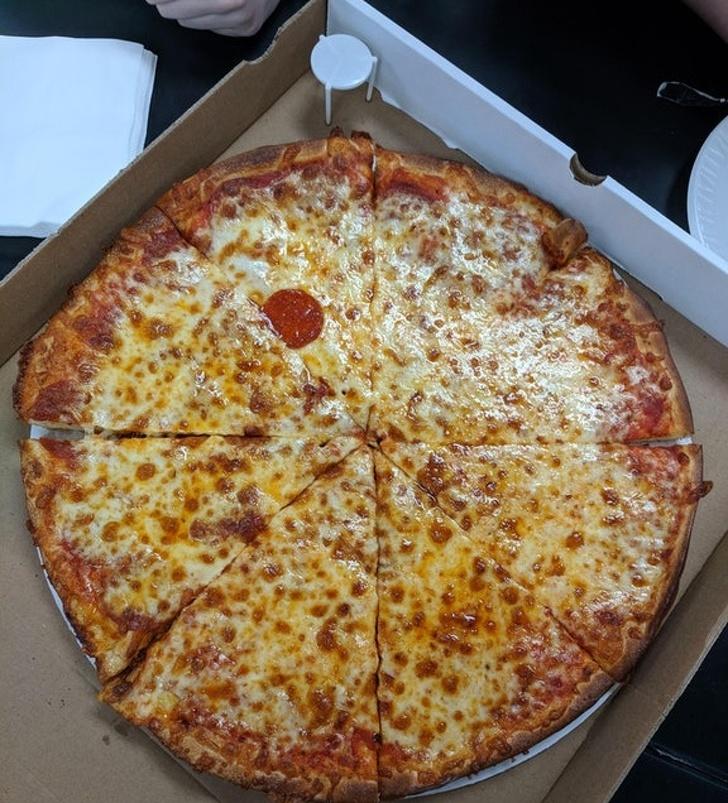14個「讓你不再相信人性」傻眼照片 店員真的只給我「一個臘腸」披薩...