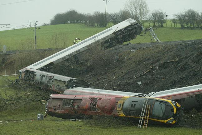 普悠瑪翻車成「台鐵30年最慘」 場面激似英國「最安全列車」事故...9節車廂衝落堤壩!
