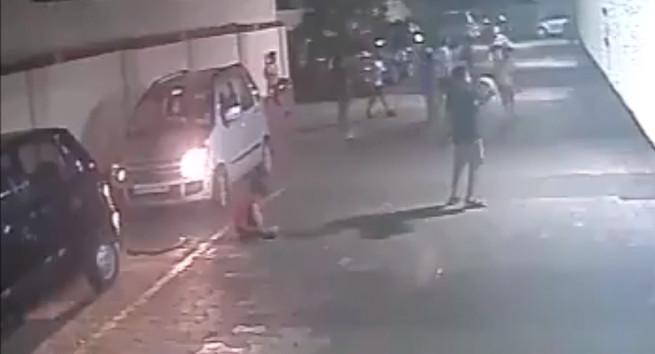 影/印度魯夫在此?小男孩蹲地綁鞋帶 下秒車子輾過「完好起身繼續打球」