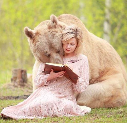 我是一隻可怕der大熊!棕熊「手手舉高」追逐 汪星人從頭到尾無視牠:關我屁事?