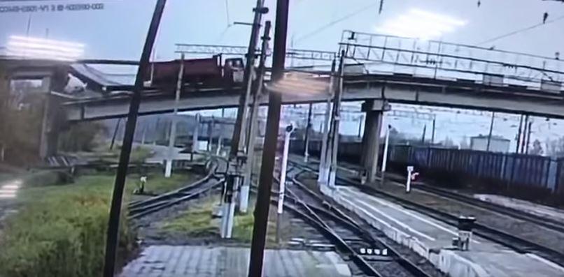 尖叫片/汽車才剛開過中俄邊境大橋 下秒卡車駛過秒變「霍格華茲樓梯」崩塌!