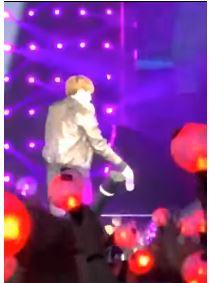 BTS防彈少年柾國「目睹粉絲演唱會上被抬出」 台上眼神緊跟替上礦泉水...直接又圈粉10萬!