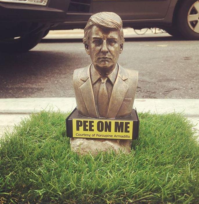 紐約街頭出現「供狗尿尿」的川普雕像 超狂藝術家:這是我對他的蔑視