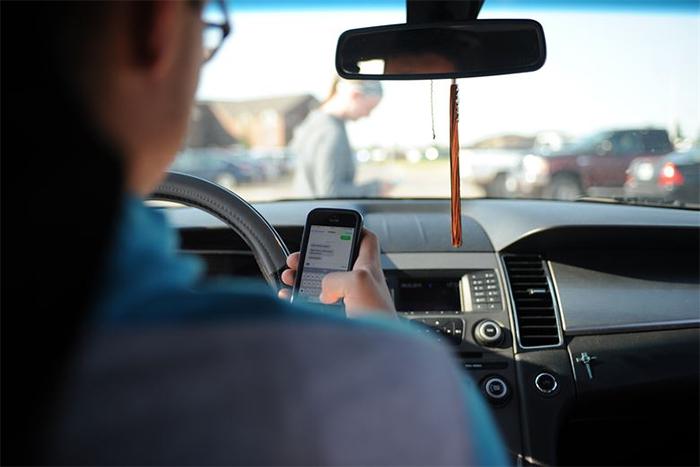 看完心好累...20張完全不顧別人感受的「自私行為」 開車滑手機超可惡!