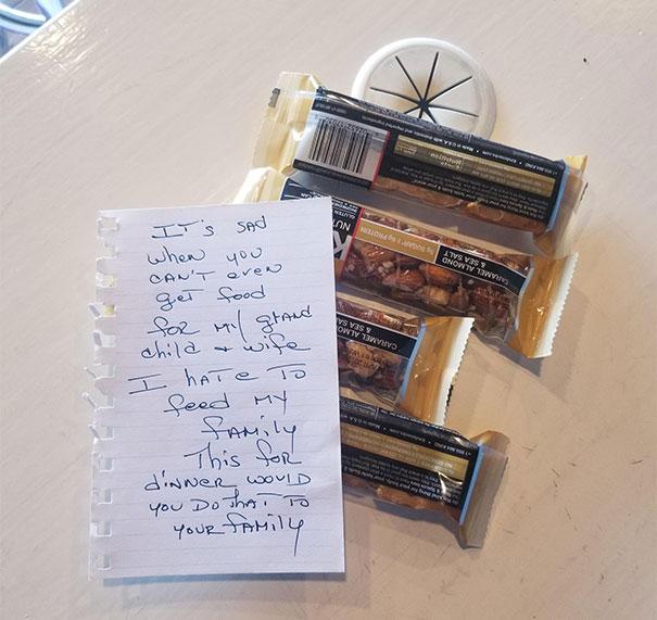 見聽障人來乞討...好心店員給了幾份零食 卻被留紙條反被嗆:你會拿這個給家人當晚餐?