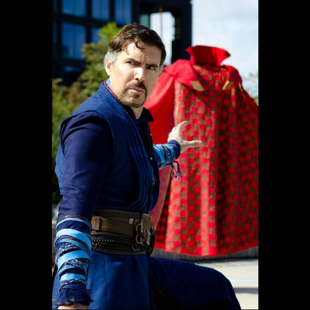 他扮《奇異博士》像到以為真人現身 「超逼真懸浮斗篷」還會演戲超搶鏡!