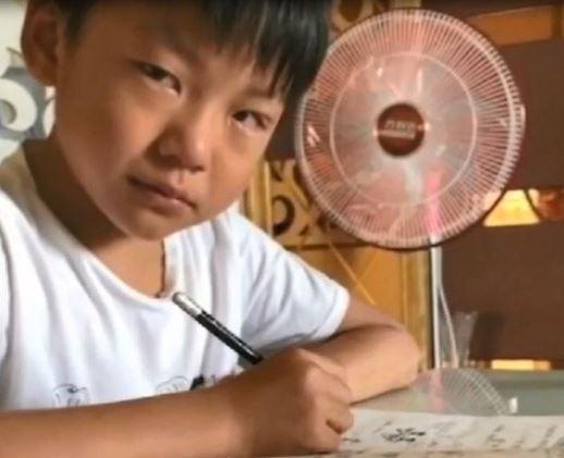 小3兒子作業「字太醜被扣40分」 邊重寫邊抹淚...媽心疼網友卻戰翻:字寫好是基本!
