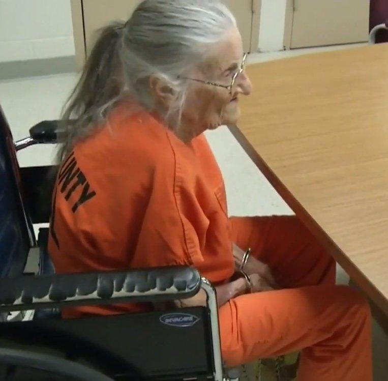 拖欠5000元房租!93歲奶奶被警察「戴手銬逐出家門」 無助哭:我什麽都沒有了…