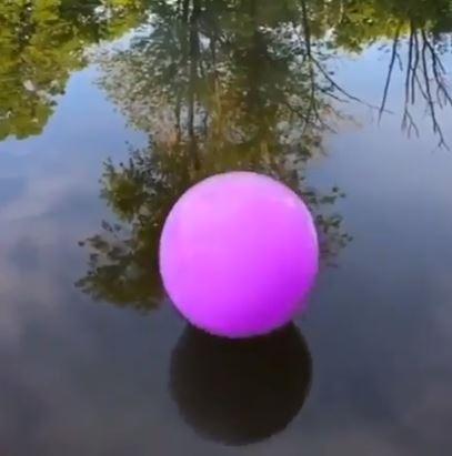 影/他對著肥皂泡吹紫煙 到水面反覆彈跳「轉換顏色大爆破」美到像魔法一樣!