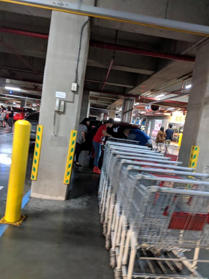 停格子裡很難?民眾手推車夾擊三寶紅車 惱羞駕駛把員工叫來罵:給我道歉!