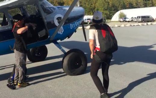 運動員轉戰創作歌手!MV挑戰極限「走在機翼上」 手放開卻直接落地救不回