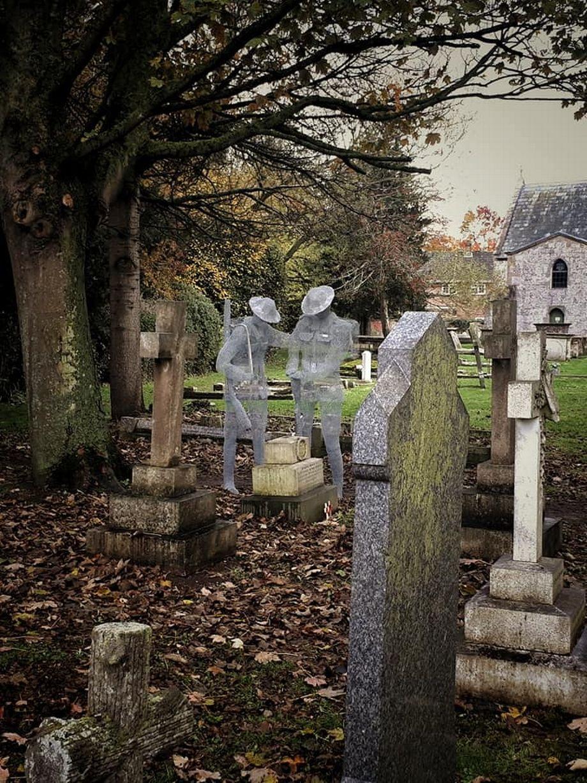 一戰結束100周年!藝術家在墓前「勾出士兵靈魂」震撼畫面還原當時失去戰友的痛
