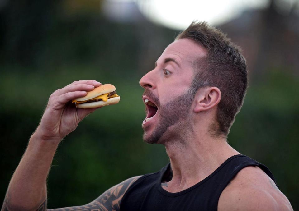 鬍子哥挑戰「連續吃30天麥當勞」 爽減3%體脂肪+胸肌腹肌大失控!