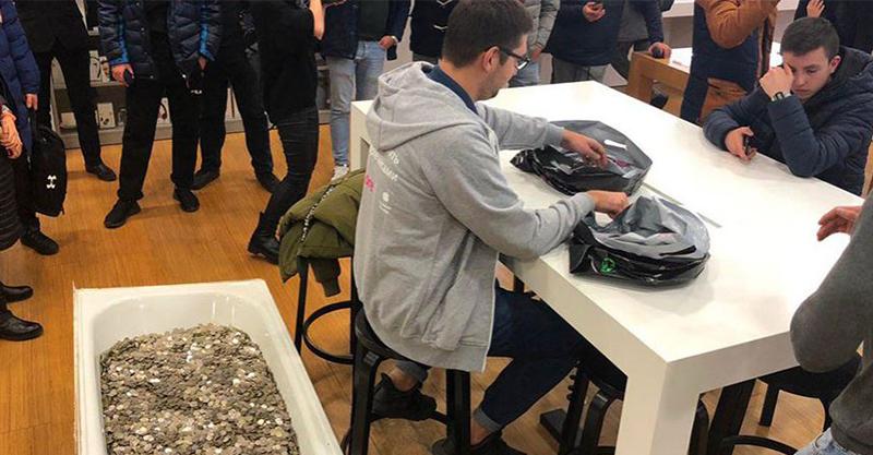 這位小哥扛350公斤硬幣到Apple店 霸氣買iPhone店員雖然臭臉卻還是「低著頭數錢了」