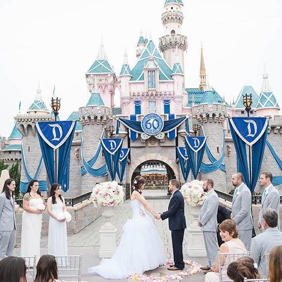 迪士尼劇場員工神反應 無串通「求婚神助攻」成功抱得美人歸!