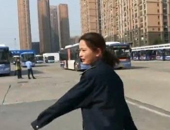 火箭少女命不同!楊超越改開公車人氣更旺 班班爆滿「乘客還在站牌癡癡等待」