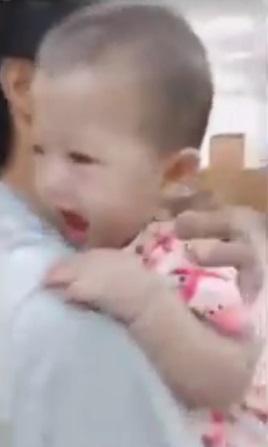 竟敢戳寶寶大腿!連打2針委屈到怒飆「3個字」 爸媽笑哭:你再說一次~