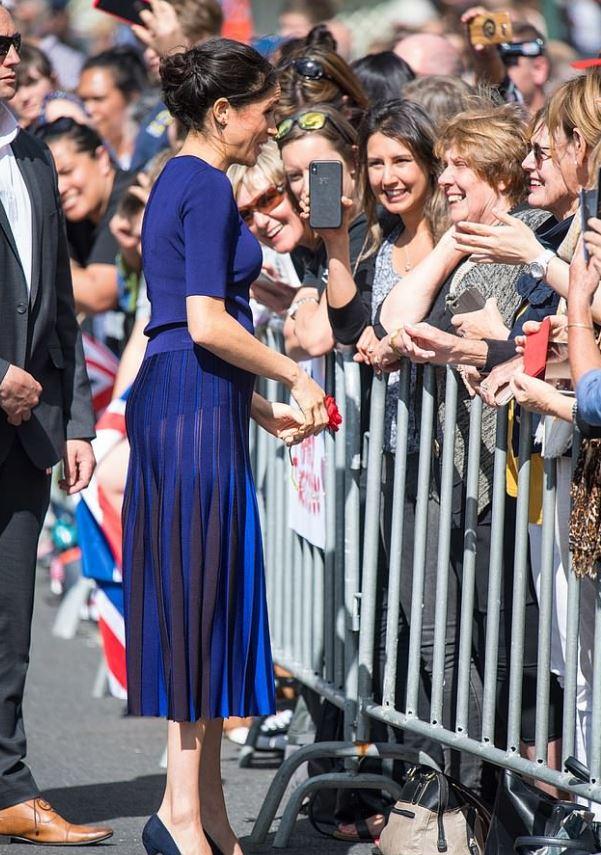 梅根穿搭小心機?藍色洋裝正面超優雅 「轉側面」卻直接嚇壞民眾:全部看光了...