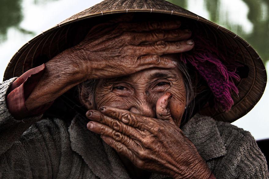攝影師在越南遇見老奶奶 當她微笑時「歲月的痕跡」美到時間暫停!