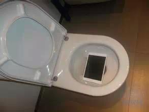 男友進廁所拉屎 手機不小心摔進馬桶...女友意外揭穿:你跟這整臉屎的女人在調情?