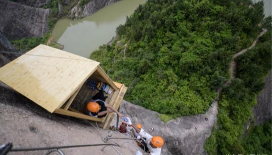 中國「最有良心小賣店」開在岩壁上 礦泉水一瓶2塊就看你敢不敢!